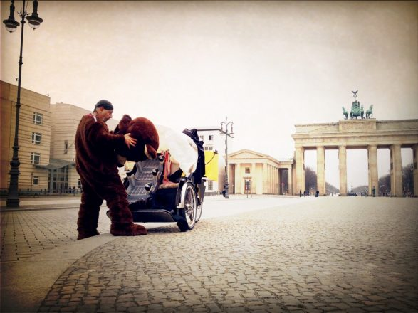 Don't you love it when you see a bear getting ready for work (at Pariser Platz) 3