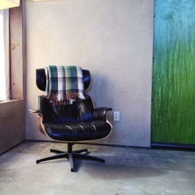 A mid-century modern chair in Room #5, Mojave Sands (mobile photography)